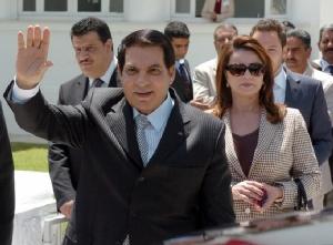 อดีตประธานาธิบดี ซิเน เอล อาบิดีน เบน อาลี แห่งตูนิเซีย และนางไลลา เทรเบลซี ภริยา โบกมือทักทายประชาชนหลังเดินทางไปหย่อนบัตรเลือกตั้งเมื่อวันที่ 9 พ.ค. ปี 2010 (แฟ้มภาพ – เอเอฟพี)