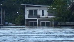 อุบลฯ เปิดถนนสายหลักเชื่อม 2 อำเภอหลังแม่น้ำมูลลดลง แต่ยังมีน้ำสูงท่วมชุมชน