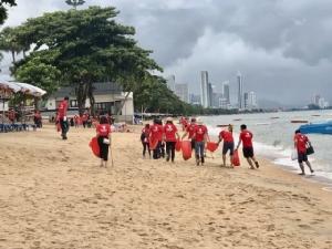 เรด แพลนเน็ต เดินเก็บขยะชายหาดจอมเทียน กระตุ้นรักษ์สิ่งแวดล้อม