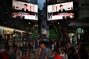 <i>จอมอนิเตอร์ที่ย่านการค้าแห่งหนึ่งในฮ่องกง ถ่ายทอดภาพจากทีวีขณะ แคร์รี ลัม ผู้บริหารสูงสุดของฮ่องกง แถลงเรื่องรัฐบาลถอนร่างแก้ไขกฎหมายส่งผู้ร้ายข้ามแดนแล้ว เมื่อต้นเดือนกันยายน </i>
