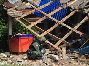 จนท.เข้าตรวจสอบเหตุลอบวางระเบิดร้านขายของชำในชุมชนคนไทยพุทธที่ยะลา