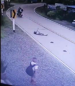 (ชมคลิป)หวาดเสียว วินาทีรถ จยย.พุ่งชนเด็กนักเรียนวัย 8 ขวบ