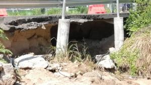 อันตราย! น้ำเซาะใต้พื้นถนนเป็นโพรงขนาดใหญ่ลึกกินถนน 1 เลน หวั่นถนนทรุด