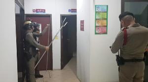 รุมจับกันวุ่น! หนุ่มคลั่งขังตัวเอง-ทุบกระจกห้องน้ำหญิง สภ.เมืองลำปาง