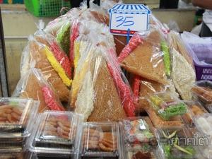 ตลาดคึกคัก! ชาวพัทลุงแห่จับจ่ายซื้อขนมเดือนสิบทำบุญประเพณีชาวใต้