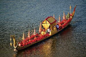 เรือพระที่นั่งสุพรรณหงส์งดงามกลางแม่น้ำเจ้าพระยา ในขบวนพยุหยาตราทางชลมารค 12 ธ.ค. 62 (ภาพ : เพจ พระราชพิธีบรมราชาภิเษก พุทธศักราช๒๕๖๒)