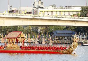 ฝีพายและผู้ให้สัญญาณ ต่างเป็นส่วนสำคัญในขบวนเรือพระราชพิธี (แฟ้มภาพ)
