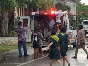 หวาดเสียว! ฝนหนักลมแรงซัดต้นไม้ใหญ่ล้มทับรถตู้รับส่งนักเรียนติดภายใน 11 คน โชคดีไร้เจ็บ