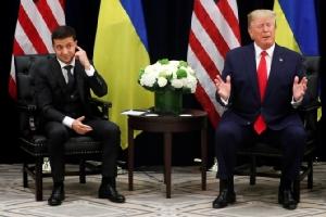 ประธานาธิบดีประธานาธิบดีโวโลดีมีร์ เซเลนสกีของยูเครน(ซ้าย) ระหว่างพบปะพูดคุยทวิภาคีกับประธานาธิบดีโดนัลด์ ทรัมป์แห่งสหรัฐฯ รอบยอกการประชุมสมัชชาใหญ่แห่งสหประชาชาติ ในนิวยอร์ก เมื่อวันพุธ(25ก.ย.)