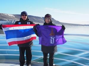 รศ.ดร.วรณพ วิยกาญจน์ และ รศ.ดร.สุชนา  ชวนิชย์  อาจารย์ภาควิชาวิทยาศาสตร์ทางทะเล คณะวิทยาศาสตร์ จุฬาฯ  สองนักวิจัยไทย พร้อมด้วยผู้ร่วมวิจัยจากประเทศไทยรวม 13 ชีวิต ได้เดินทางด้วยเรือปฏิบัติการถึงบริเวณชายฝั่งหมู่เกาะสวาลบาร์ด มหาสมุทรอาร์กติก และดำน้ำเพื่อสำรวจความเปลี่ยนแปลงของสิ่งแวดล้อมใต้ทะเล เพื่อศึกษาวิจัยเกี่ยวกับผลกระทบของภาวะโลกร้อนและขยะพลาสติกขนาดเล็กที่มีต่อสัตว์ทะเลหน้าดินที่ขั้วโลกเหนือ ซึ่งเป็นการวิจัยใต้ทะเลอาร์กติก ภายใต้ความร่วมมือของมูลนิธิเทคโนโลยีสารสนเทศตามพระราชดำริสมเด็จพระเทพรัตนราชสุดาฯ สยามบรมราชกุมารี สถานเอกอัครราชทูตนอร์เวย์ประจำประเทศไทย องค์การพิพิธภัณฑ์วิทยาศาสตร์แห่งชาติ (อพวช.) และ จุฬาลงกรณ์มหาวิทยาลัย เมื่อปีผ่านมา
