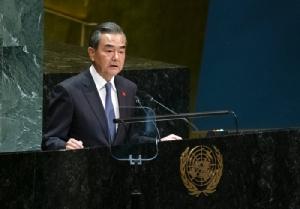 <i>มนตรีแห่งรัฐและรัฐมนตรีต่างประเทศจีน หวัง อี้ กล่าวปราศรัยในที่ประชุมสมัชชาใหญ่สหประชาชาติ  เมื่อวันศุกร์ (27 ก.ย.) ณ สำนักงานใหญ่องค์การสหประชาชาติ นครนิวยอร์ก </i>