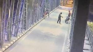 ดูชัดๆ! เปิดคลิปวัยรุ่นรุมทำร้ายหนุ่มดับบนสะพานเหล็กกลางเมืองเชียงใหม่