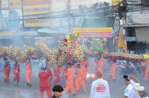 เปิดแล้ว! เทศกาลกินเจเมืองย่าโม เชิดมังกรทองคู่แฝด-สิงโตยิ่งใหญ่ จัดเต็มโรงทานกินเจฟรี 9 วัน