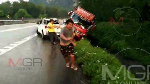 สุดระทึก! ฝนตกกระบะแหกโค้งชนซ้ำรถบรรทุกตกข้างทาง คนยืนข้างถนนหนีตายกระเจิง