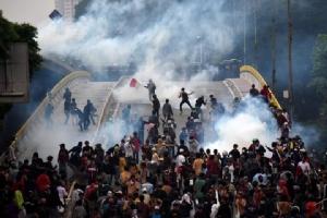 นักศึกษาอินโดนีเซียปะทะกับตำรวจระหว่างการประท้วงในกรุงจาการ์ตา เพื่อต่อต้านกฏหมายใหม่