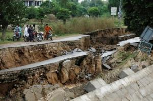 แผ่นดินไหวในปากีสถาน สร้างความเสียหายให้แก่อาคารบ้านเรือนและถนนหนทาง