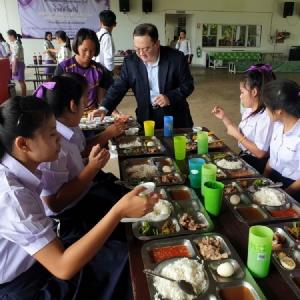 """""""สยามร่วมมิตร""""มอบทุนการศึกษาและเลี้ยงอาหารกลางวัน โรงเรียนเฉลิมพระเกียรติ 48 พรรษาฯ"""