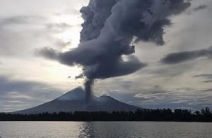ภาพการปะทุของภูเขาไฟอูลาวันในปาปัวนิวกินีเมื่อช่วงเช้าวันนี้ (1 ต.ค.) (COURTESY OF CHRISTOPHER LAGISA/ AFP)