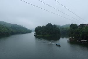 สังขละบุรีเริ่มหนาวแล้ว ชวนสัมผัสหมอกยามเช้าเหนือทะเลสาบเขื่อนวชิราลงกรณ