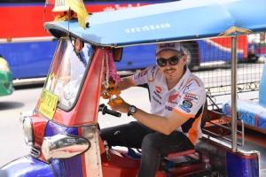"""""""ลอเรนโซ-ครัทช์โลว์"""" บิดรถแข่ง Honda RC213V ทัวร์ใจกลางกรุงเทพฯ """"วัดโพธิ์-สะพานพุทธ"""" ถ่ายโฆษณา """"โมโตจีพี"""" โปรโมทประเทศไทย"""