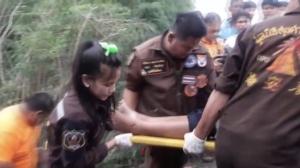 สมาชิกทีมสูบน้ำซิ่ง ช่วย 13 หมูป่า ขับกระบะชนป้ายบอกสัญญาณจราจร ดับคาที่