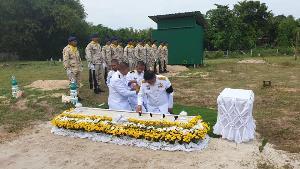 ในหลวง โปรดเกล้าฯ พระราชทานดินฝังศพสมาชิกกองอาสารักษาดินแดนปัตตานี หลังเสียชีวิตจากเหตุผู้ก่อความไม่สงบโจมตีจุดตรวจ