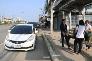 ผวา!! โจรยุคไทยแลนด์ 4.0 ใช้กระบะกระชากกระเป๋าสาวแบงก์ขณะเดินข้ามถนน