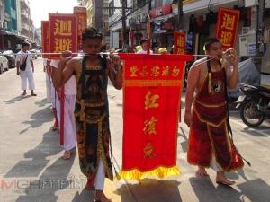 คึกคัก! ม้าทรงแสดงอิทธิฤทธิ์ปาฏิหาริย์ในงานเทศกาลกินเจเบตง เชื่อมสัมพันธ์ไทย-มาเลย์
