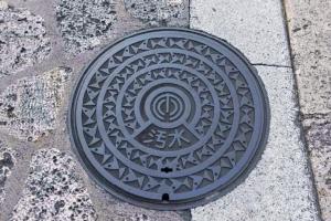 ฝาท่อมีลวดลายรุ่นแรกของเมืองนาฮะ https://sunchi.jp/sunchilist/okinawa