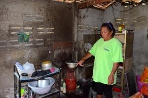 วอนสังคมช่วยหญิงสู้ชีวิตเลี้ยงลูก-หลานรวม 5 ชีวิต อาศัยกระต๊อบหลังเล็กเป็นที่ซุกหัวนอน