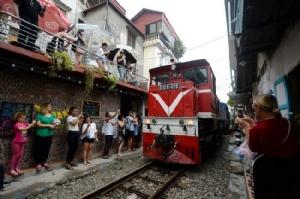 เวียดนามสั่งปิดร้านคาเฟ่ริมทางรถไฟจุดเช็กอินสุดฮิตฮานอยชี้ทั้งอันตรายไม่เป็นระเบียบ