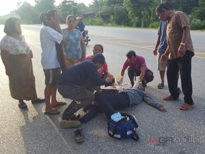 นักเรียนชายวัย 16 ควบมอเตอร์ไซค์พุ่งชนชายชราขณะเดินริมถนน เจ็บสาหัสทั้งคู่