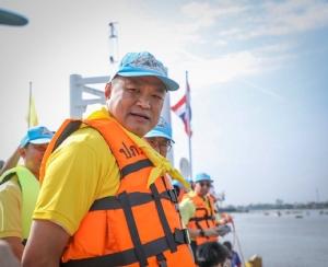 """""""อนุทิน"""" ร่วมเปิดกิจกรรมจิตอาสาพายเรือเก็บขยะแม่น้ำเจ้าพระยา พื้นที่นนทบุรี"""