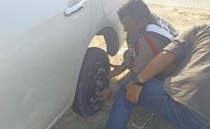 ตำรวจไทยทำได้ทุกอย่าง ชื่นชมตำรวจไทยเข้าช่วยประชาชน แม้กระทั่งเปลี่ยนล้อรถยนต์ให้