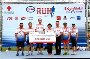 """เอสโซ่ ส่งมอบเงินกว่า 1.8 ล้านบาทแก่สภากาชาดไทย จากกิจกรรม """"ESSO RUN"""" ฉลองครบรอบ 125 ปี"""
