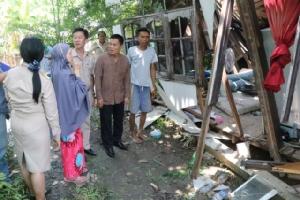 ลมพายุพัดถล่มบ้านทั้งหลัง เจ้าของบ้านวอนผู้เมตตายื่นมือช่วยเหลือเนื่องจากครอบครัวยากจน