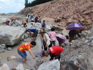 ชาวบ้านแตกตื่นแห่เก็บหินที่เชื่อว่าเป็นทองคำจากไซต์งานสร้างถนนสี่เลน