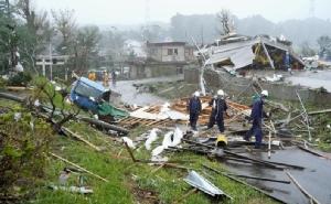สภาพบ้านเรือน รถยนต์ และเสาไฟฟ้าที่ถูกลมพายุพัดพังเสียหายในเมืองอิชิฮาระ (Ichihara) จังหวัดชิบะ ก่อนที่ไต้ฝุ่นฮากิบิสจะพัดขึ้นฝั่งวันนี้ (12 ต.ค.)