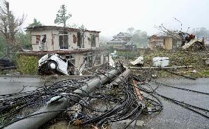 """""""ไต้ฝุ่นฮากิบิส"""" ทำอากาศแปรปรวน เกิดทอร์นาโดพัดถล่ม """"อิชิฮาระ"""" ไฟดับ-บ้านเรือน-เสาไฟฟ้า-รถยนต์ เสียหายหนัก"""