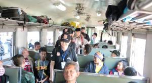 """หยุดยาวคนนั่งรถไฟ """"ชิมช้อปใช้ลำปาง"""" กันคึกคัก ผบก.นำตัวแทนรัฐ-เอกชนรับถึงตู้โบกี้"""