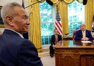 <i>รองนายกรัฐมนตรีหลิว เหอ ของจีน ขณะเข้าพบประธานาธิบดีโดนัดล์ ทรัมป์ ของสหรัฐฯ ที่ห้องทำงานรูปไข่ ของทำเนียบขาว ในกรุงวอชิงตัน วันศุกร์ (11 ต.ค.) ที่ผ่านมา </i>