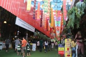 ประชาชนแห่ใช้ชิมช้อปใช้วันหยุดออกพรรษา พาครอบครัวท่องเที่ยวไหว้พระทำบุญเมืองกรุงเก่า