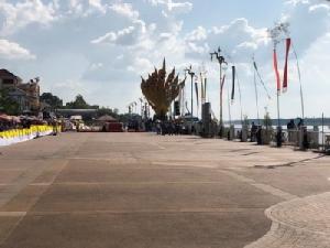 นักท่องเที่ยวแห่จับจองริมโขงชมบั้งไฟพญานาค อ.โพนพิสัย-รัตนวาปี รถติดยาว