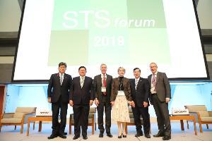 ผู้ร่วมนำเสนอบนเวที Plenary Session ระหว่างการประชุม STS Forum