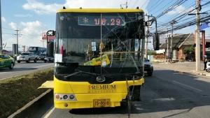 รถเมล์ปอ 29 ตลาดไท-สวนจัตุจักร ซิ่งเสียหลักชนท้ายรถบรรทุกตู้คอนเทนเนอร์เจ็บระนาว
