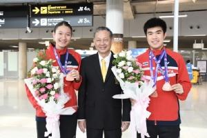 """ขนไก่เยาวชนกลับไทย """"วิว-จิว"""" บินแข่งต่อที่ดูไบ"""