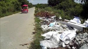 กราบละ!ชาวนครสวรรค์สุดทนคนมักง่ายขนขยะทิ้งข้างทางติดแหล่งน้ำประปายาวเป็นกิโลฯ
