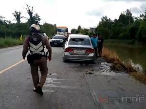 นาทีชีวิต! อุบัติเหตุรถเก๋งเฉี่ยวชนก่อนพุ่งตกคลองรถจมน้ำคนขับติดอยู่ภายใน