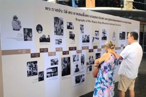 """นักท่องเที่ยวชาวต่างชาติชื่มชมพระบารมีในหลวงรัชกาลที่ ๙ ในงาน """"ธ สถิตในใจไทยนิรันดร์"""""""