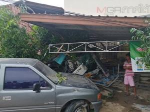 พังยับ! รถพ่วงหลับในชนดะเสาไฟฟ้า บ้านและรถเสียหายยับเยิน คนขับรอดปาฏิหาริย์